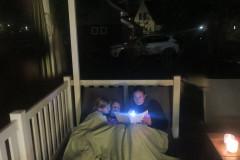 Voorlezen op terras buiten (1)