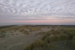 Zicht over de duinen, links de zee
