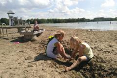 Surfplas - beekje graven door het zand